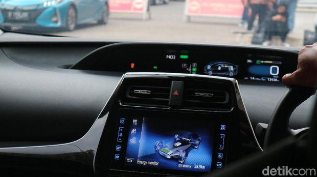 Monitor energi kendaraan di dasbor dan layar audio