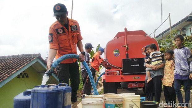 BPBD Ciamis suplai air bersih kepada warga yang wilayahnya dilandada kekeringan akibat musim kemarau.