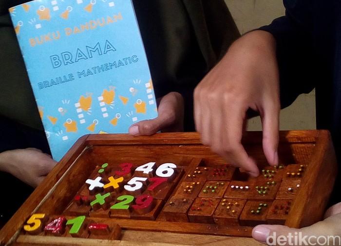 Mahasiswa UMK saat memperlihatkan hasil kreasinya membuat alat braille matematika di SD-SMP Luar Biasa di Kudus