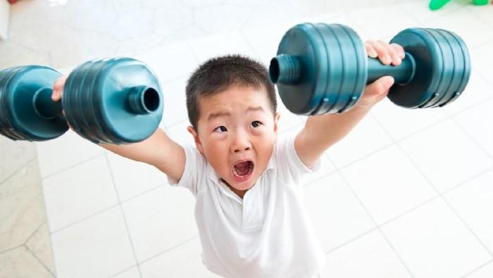 Anak harus belajar olahraga untuk mengurangi kegemukan. (Foto: iStock)