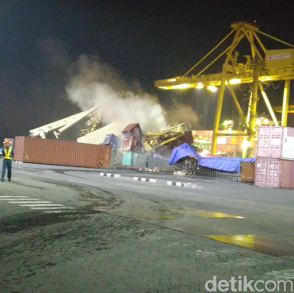 Kontainer yang Tertimpa Crane di Pelabuhan Semarang Terbakar