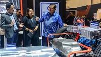 Dalam kesempatan tersebut, Menperin Airlangga turut melihat teknologi yang dipergunakan Mitsubishi Outlander PHEV yang ditampilkan di pameran otomotif tersebut.