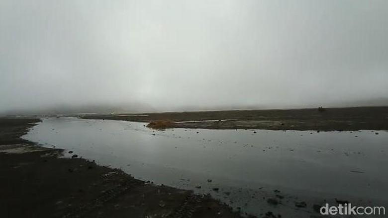 Selain Erupsi, Bromo Juga Diguyur Limpasan Hujan di Lautan Pasir