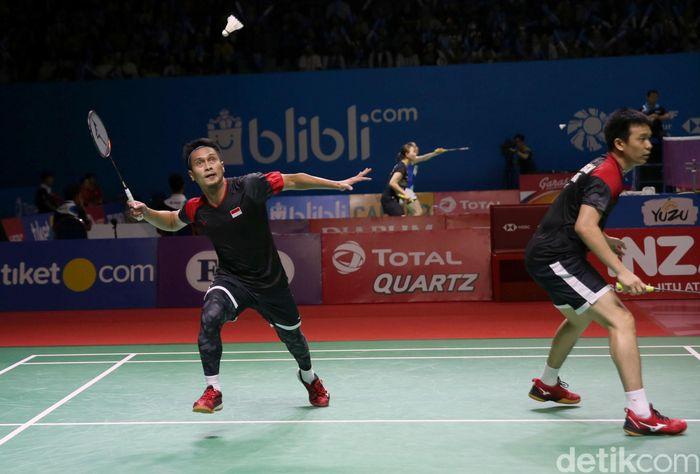 Ganda putra Indonesia Mohammad Ahsan/Hendra Setiawan membungkam wakil Jepang Hiroyuki Endo/Yuta Watanabe. The Daddies melaju ke semifinal Indonesia Open 2019.