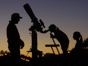 Seru! di Kafe Ini Bisa Makan Sambil Memandang Bintang Lewat Teleskop