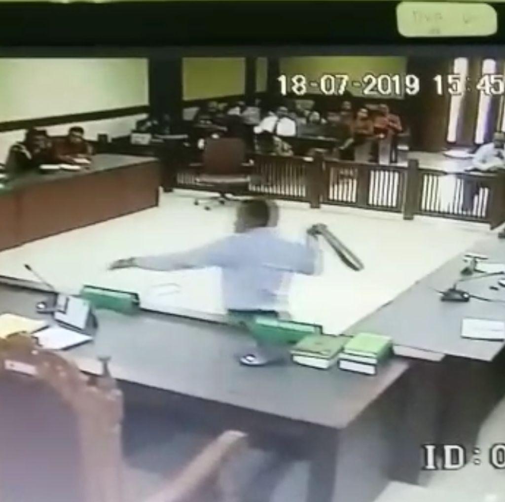 Ini Rekaman CCTV Pengacara Serang Hakim di PN Jakpus