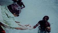 Pandit saat memberikan hadiah ke suku Sentinel (BBC)