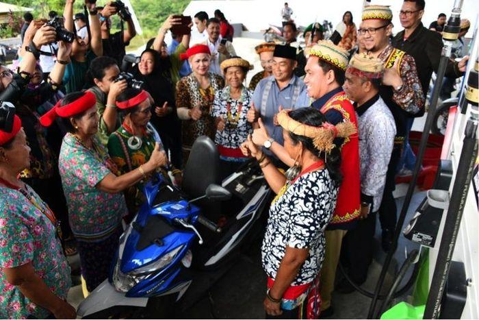 Masyarakat Long Bagun menyambut suka cita kehadiran SPBU Kompak 66.757007 (Foto: dok. BPH Migas)