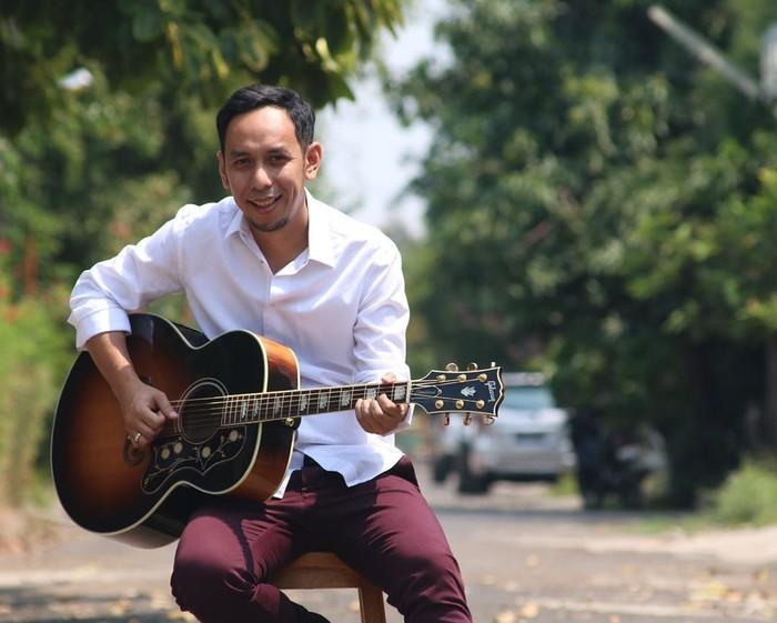 Pemilik nama lengkap Stefanus Pongki Tri Barata ini dikenal sebagai pentolan band Jikustik. Ia juga tergabung dalam The Dance Company. Foto: instagram @pongki_barata