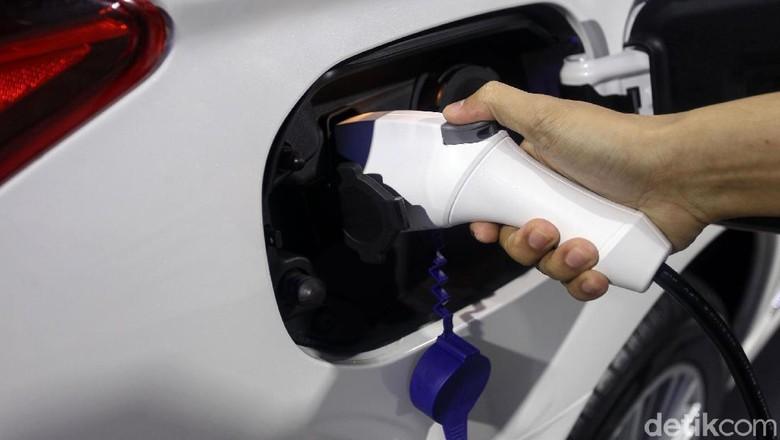Colokan listrik di mobil Mitsubishi Outlander PHEV Foto: Rifkianto Nugroho