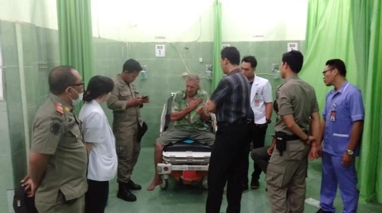 Diduga Depresi, Bule Australia Dibawa Satpol PP ke RS Sanglah Bali