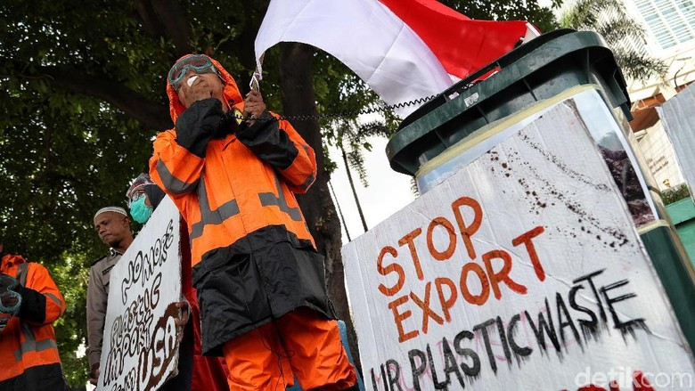 Demo Tolak Impor Sampah di Depan Dubes AS