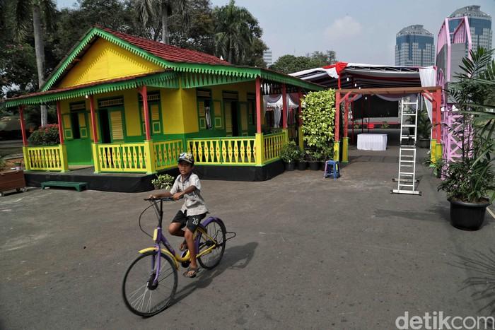 Sejumlah persiapan tengah dilakukan jelang pelaksanaan Lebaran Betawi 2019. Acara yang berlangsung selama tiga hari ini akan digelar di Lapangan Silang Monas.