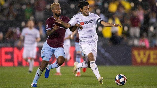 Carlos Vela (kanan) jadi top skor sementara MLS dengan 19 gol.