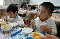 Siswa Ini Gunakan Waktu Istirahat di Sekolah Untuk Bantu Jual Makanan