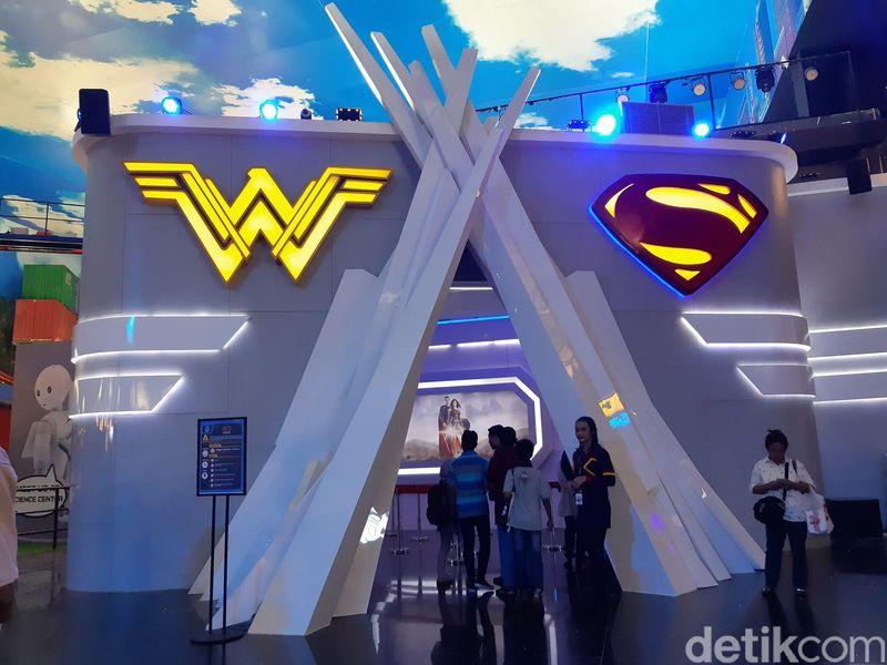 Satu atraksi menarik yang bisa traveler coba bersama keluarga adalah 4D Theater. Dengan logo Wonder Woman dan Superman di pintu masuk, traveler bisa diajak untuk menyelamatkan dunia bersama mereka. (Bonauli/detikTravel)