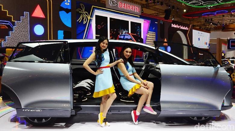 Model berpose dengan Daihatsu Hy-Fun di GIIAS 2019 Foto: Ari Saputra