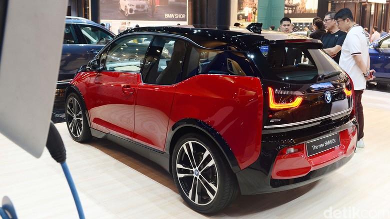 BMW i3, salah satu mobil listrik yang sudah dijual di Indonesia. Foto: Ari Saputra