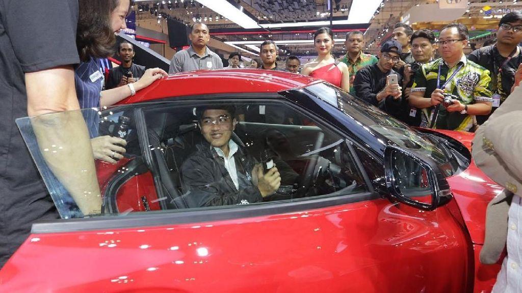 Pertama Kali Datang ke GIIAS, Kaesang Duduk di Mobil Sport Toyota