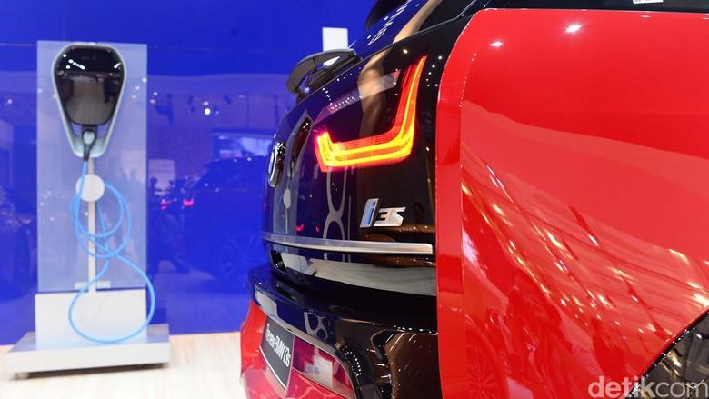 New BMW i3s memimpin jalan menuju era baru mobilitas. New BMW i3s secara resmi diluncurkan di GIIAS 2019, dengan varian kendaraan yang sepenuhnya listrik.