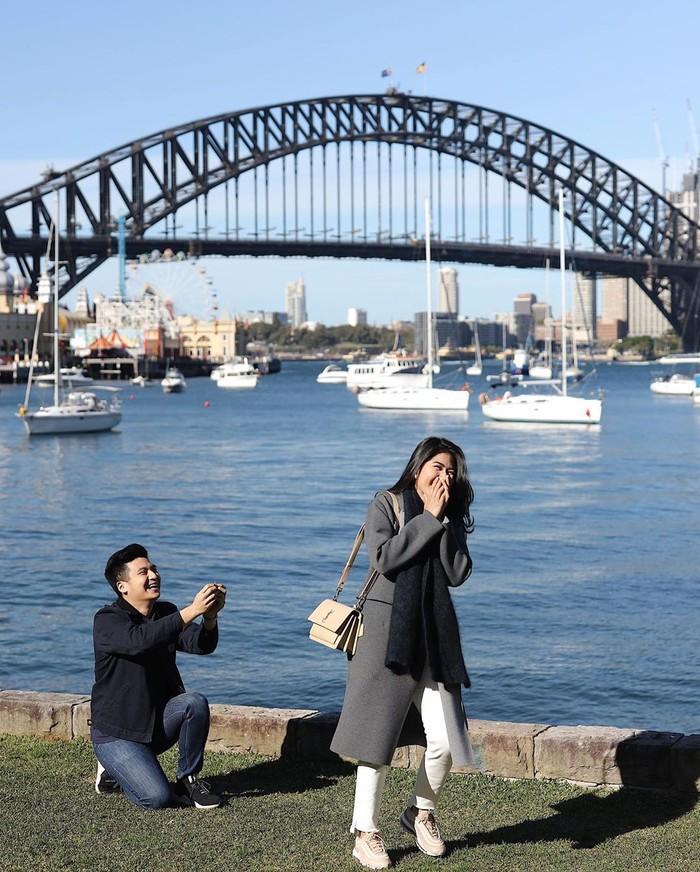 He chose me and I chose him ❤️, tulis wanita dengan sapaan akrab Elwi ini. Rius melamarnya saat sedang liburan ke Sydney. Romantis ya? Foto: Instagram elwianamonica