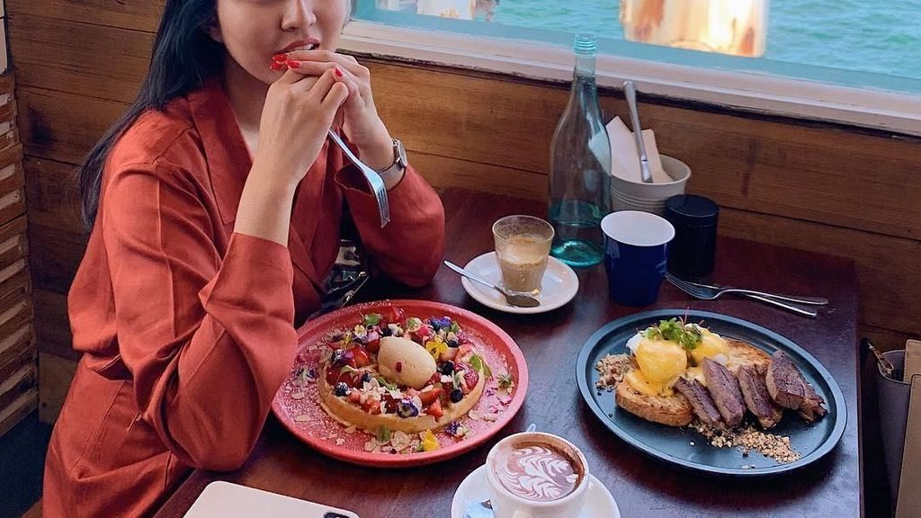 10 Momen Kulineran Seru Tunangan Rius Vernandes Saat di Luar Negeri