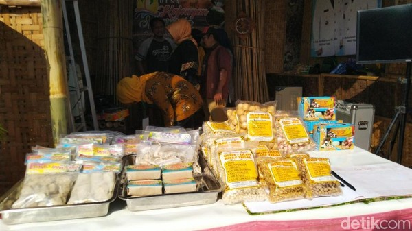 Di tempat Gelaran Desa Wisata, selain lokasi wisata, dipamerkan juga produk barang serta kuliner. (Angling Adhitya Purbaya/detikcom)