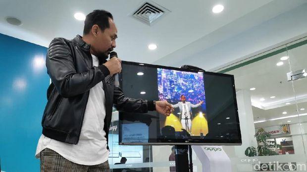 Pio menunjukkan hasil foto konsernya.