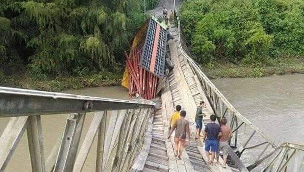 Truk Muatan Tiang Listrik Putuskan Jembatan Kayu di Banggai Sulteng