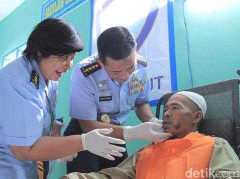 Balita Deby Bahagia Mendapat Kaki Palsu di Hari Bakti TNI AU ke-73