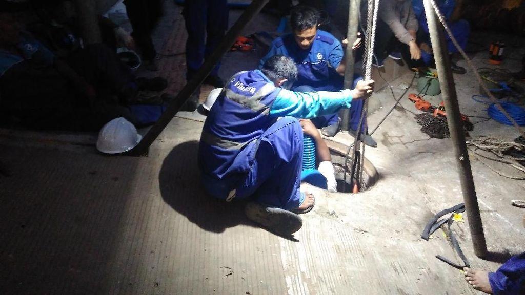 Ini Kesulitan Petugas Bersihkan Gorong-gorong Tersumbat Kabel-Kondom