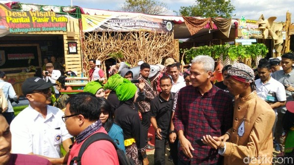 Gubernur Jawa Tengah, Ganjar Pranowo membuka acara Sabtu kemarin. Ganjar menyebut desa-desa wisata ikut mendukung pariwisata di Jateng (Angling Adhitya Purbaya/detikcom)