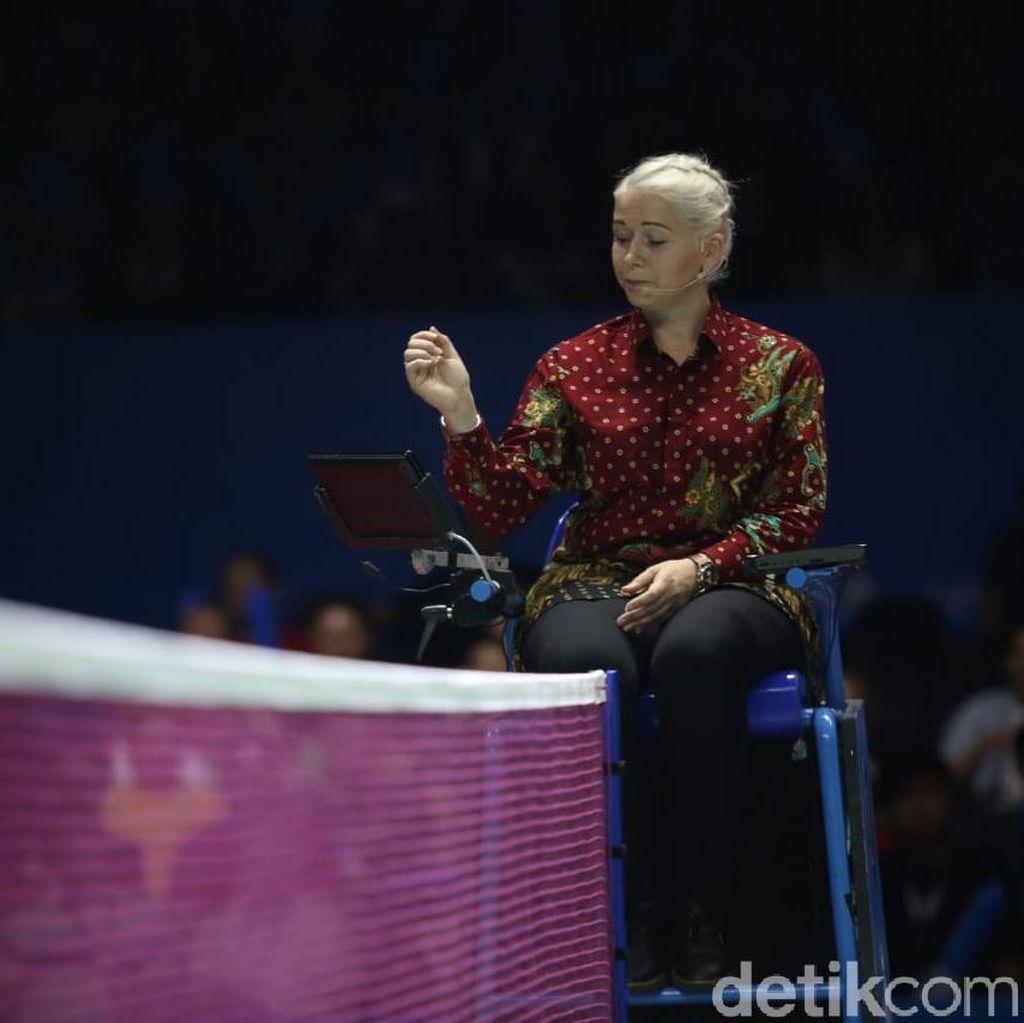 Tampil Beda, Wasit Indonesia Open Pakai Batik Saat Bertugas