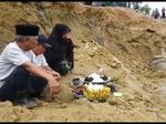 Warga Gelar Ritual Tolak Bala di Jalanan Longsor Sulawesi