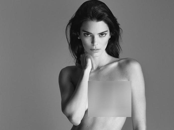 Kendall Jenner pose tanpa busana.