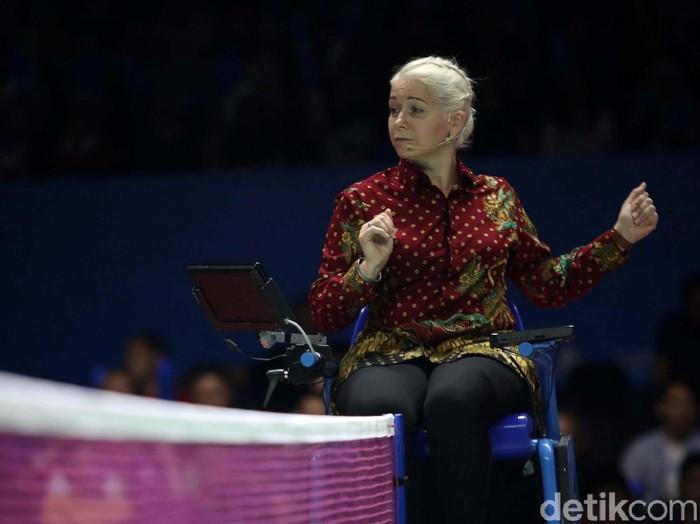Iris Metspalu, wasit rambut pirang yang curi perhatian di Indonesia Open 2019. Foto: Agung Pambudhy