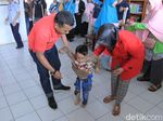 Balita Deby Bahagia Mendapat Kaki Palsu di Hari Bakti TNI AU ke-72
