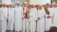 Menantu Rizieq, Akhinaa alFaadhil As-Sayyid Alwi bin Hasan bin Ali bin Smith (tengah) (Foto: Dok. Istimewa)