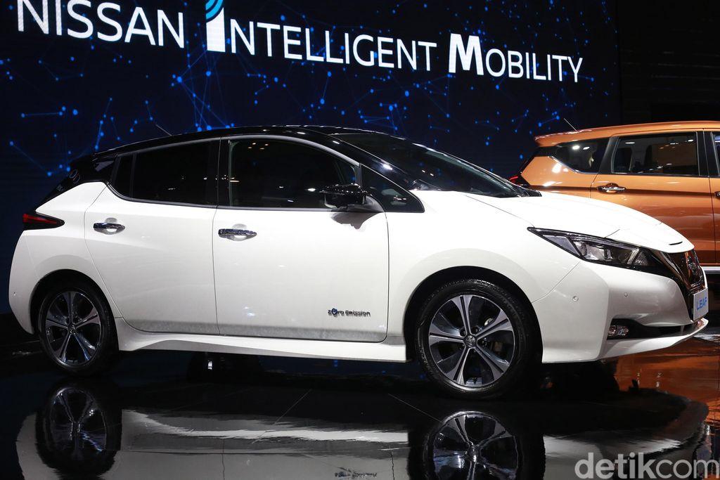 Untuk pertama kalinya, Nissan membawa mobil listrik terlaris di dunia Nissan LEAF ke Indonesia. Model baru Nissan LEAF itu juga akan diluncurkan di Indonesia tahun depan.