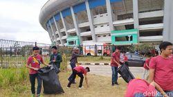 Warga Bandung Gotong Royong Bersihkan Stadion GBLA yang Terbengkalai
