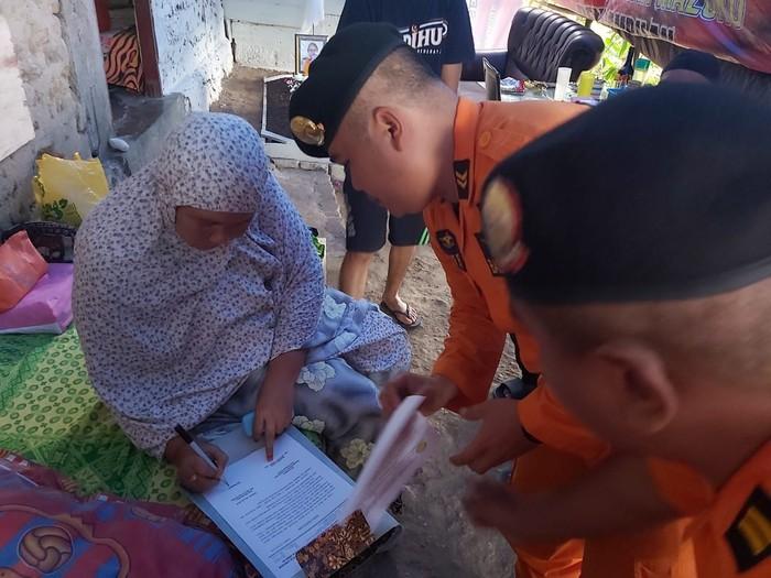 Tim SAR saat bertemu dengan keluarga korban (Foto: Muslimin Abbas/detikcom)