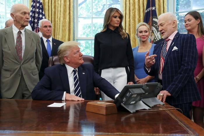 Aldrin diskusi dengan Trump. Sebelah kiri ada Michael Colllins. Foto: Getty Images
