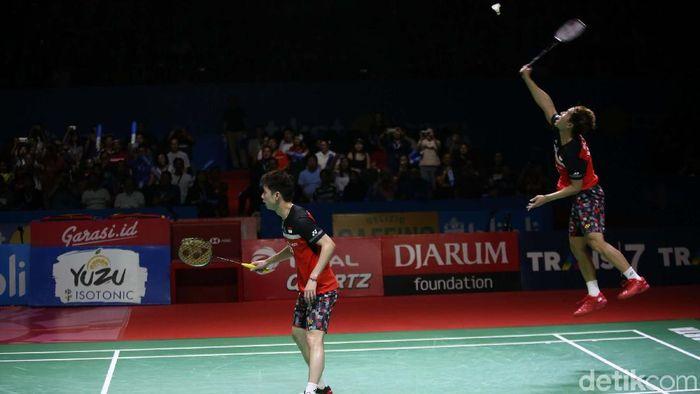 Duel Kevin Sanjaya Sukamuljo/Marcus Fernaldi Gideon dengan Hendra Setiawan/Mohammad Ahsan di final Indonesia Open sore ini. (Agung Pambudhy/detikSport)