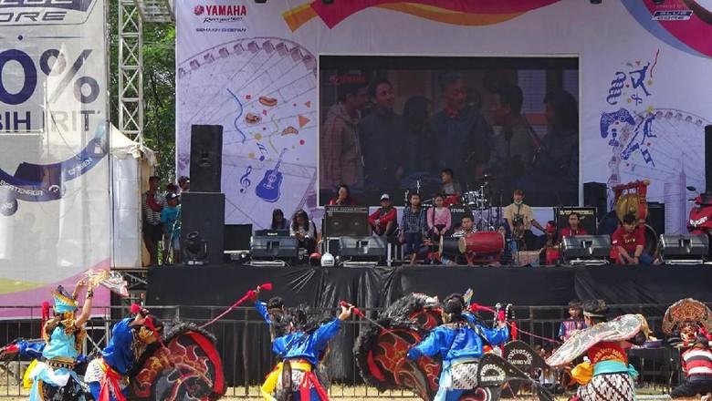 penampilan kesenian jaranan pada event BYMS 2019 di samping GOR Jayabaya, Kediri (Foto: Nurcholis Maarif/Detik.com)
