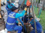 Potret Pembersihan Gorong-gorong Tersumbat Sampah Kondom di Kuningan