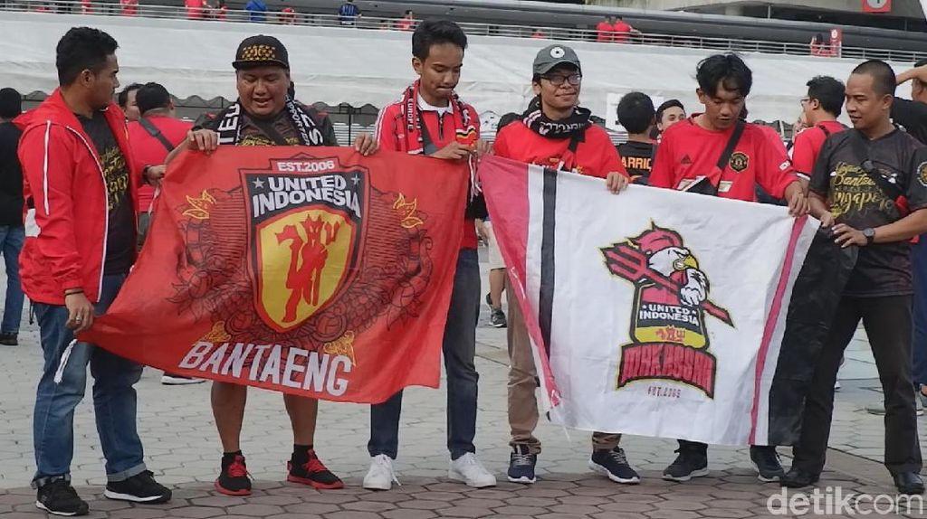 Fans Manchester United Merahkan National Stadium Singapura