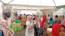 Warga Padati Stan Makanan Gratis Lebaran Betawi di Monas