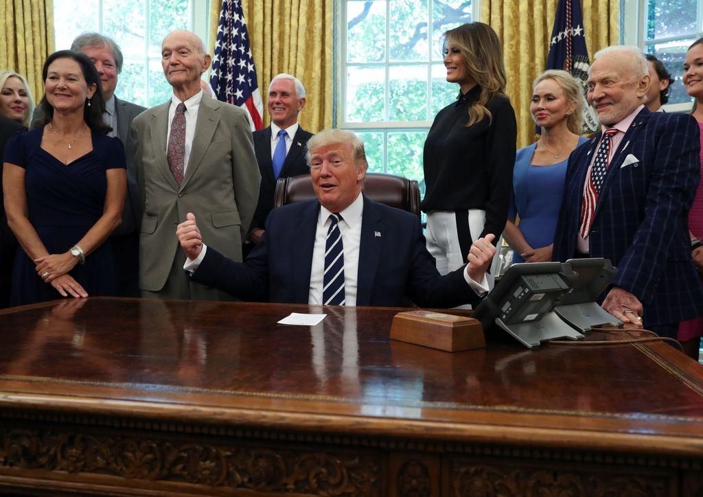 Donald Trump di ruang oval Gedung Putih bersama Buzz Aldrin di sebelah kanan dan Michael Collins di sebelah kiri. Wakil Presiden AS, Mike Pence, dan pejabat NASA juga hadir. Foto: Reuters