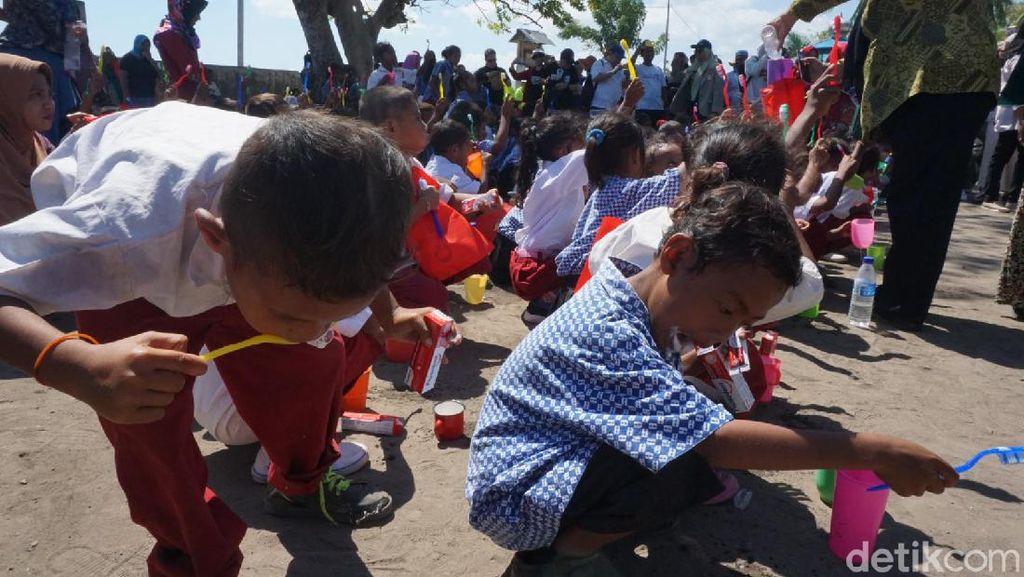 Senyum Ceria Anak dan Para Ortu Belajar Menyikat Gigi di Pulau Rinca