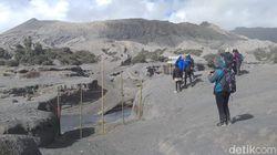 Gunung Bromo Batuk, Petugas Gabungan Pasang Pagar di Radius 1 Km